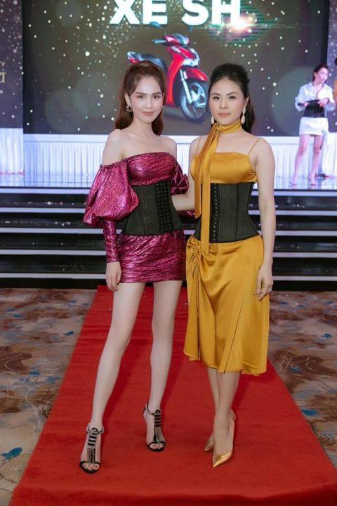 Vân Trang và Ngọc Trinh đeo Latex Corset Chuẩn